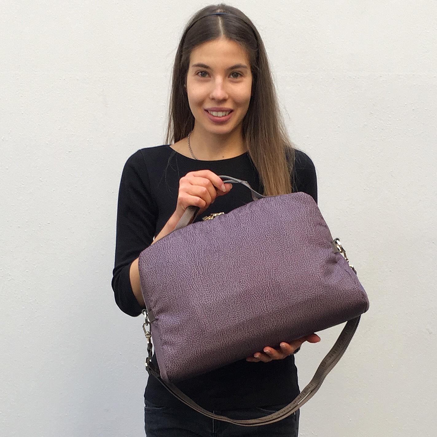cc0e132096 Se invece prediligete la vera, storica borsa a mano, apprezzerete il  restyling dell'iconica Savile bag presentata con una nuova sinuosa chiusura  con zip ...